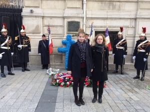 Céline MARTINEZ, Presidente de l'AAUNEF et Marthe CORPET, Vice-Presidente de l'UNEF déposent ensemble la couronne des étudiants devant la plaque commémorative du 11 novembre 1940